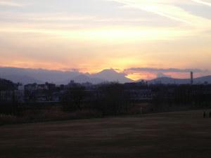 大晦日、夕焼けに浮かぶ富士山(見えるかな?)
